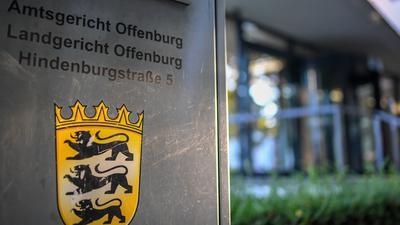 """ARCHIV - 18.09.2018, Baden-Württemberg, Offenburg: Ein Hinweisschild steht vor dem Landgericht und Amtsgericht. (zu dpa: «Prozess wegen Mordes gegen einen 27 Jahre alten Mann mit Plädoyers"""" vom 21.02.2019) Foto: Patrick Seeger/dpa +++ dpa-Bildfunk +++"""