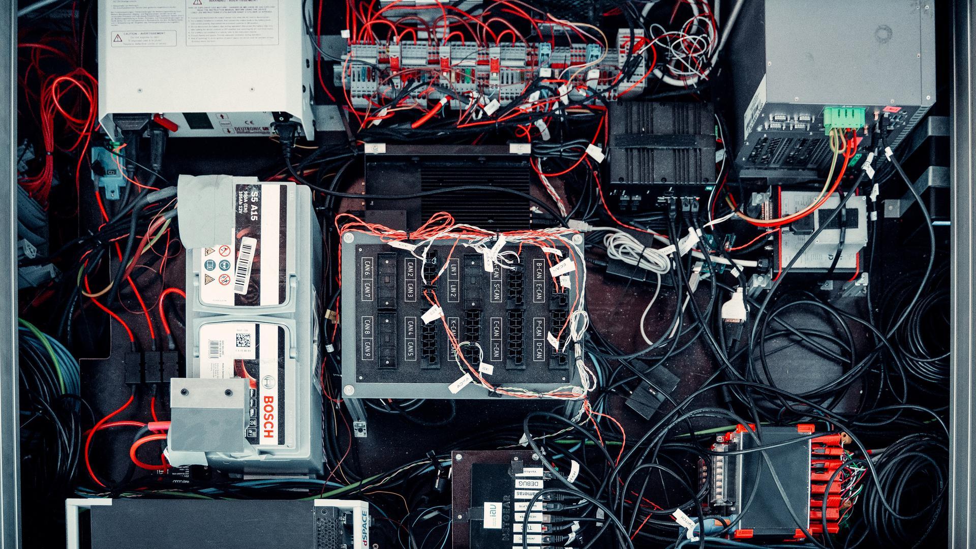 Das Institut für verlässliche Embedded Systems und Kommunikationselektronik (IvESK) der Hochschule Offenburg hat unter anderem die einzelnen Komponenten des Gesamtsystems über eine sichere Kommunikationsarchitektur miteinander vernetzt.