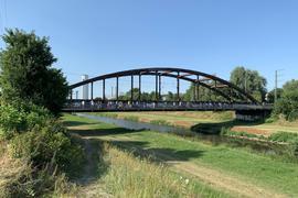 Zu einem Rundgang zum künftigen Gelände  einer Landesgartenschau Offenburg (2032 oder 2034) hat die Stadtverwaltung eingeladen.19.07.2019, BZ - OFB: Das Interesse an der Landesgartenschau-Planung ist groß: Mehr als 50 Interessierte nutzen einen Info-Spaziergang mit rund einem Dutzend Vertretern der Stadtverwaltung   hier auf dem Weg über die stählerne Kinzig-Bahnbrücke.  Der kanalisierte Fluss soll in diesem Bereich renaturiert werden. Seller31.12.2019, BZ - OFB: Eine Brücke in die ZukunftSeit des Freiherrn Tullas Tagen fließt die Kinzig begradigt und in ein Korsett  aus Deichen gezwängt. Aus gutem Grund, denn immer wieder haben ihre Hochwasser die Kinzigvorstadt und die Gottswaldgemeinden heimgesucht. Jetzt wollen die Planer das Korsett lockern, das Flussbett aufweiten und die Deiche zurückverlegen. Die Kinzig soll nicht mehr so kanalartig fließen, sondern naturnaher und für die Bürger zugänglicher. Das ist der zentrale Gedanke des Konzepts, mit dem sich die Stadt für eine der Landesgartenschauen 2032, 2034 oder 2036 bewirbt. Aber nicht nur in Stuttgart, auch bei den eigenen Bürgerinnen und Bürgern wirbt die Stadtverwaltung intensiv um  breite Unterstützung für einen Plan, der stadtplanerische Defizite beheben und die Lebensqualität der Offenburger weiter steigern soll.  Unser Bild zeigt einen Spaziergang über das LGS-Gelände im Juli, bei dem Oberbürgermeister Marco Steffens und Baubürgermeister Oliver Martini die Pläne erläuterten.  Eine von vielen Infoveranstaltungen. Dass das OFV-Stadion einer LGS weichen müsste, bedarf mit am meisten der Überzeugungsarbeit Helmut Seller