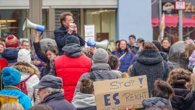 Viele Demonstranten trugen keine Maske. Auch Abstände wurden nicht eingehalten.