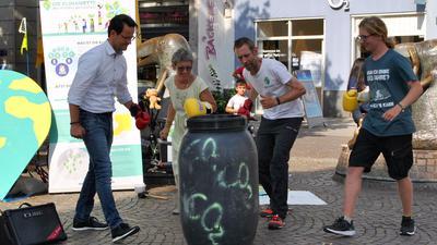 OB Marco Steffens, Petra Rumpel (BUND), Michael Bilharz und Gustav Hillebrand (fff OG) boxen symbolisch eine Tonne CO2 weg