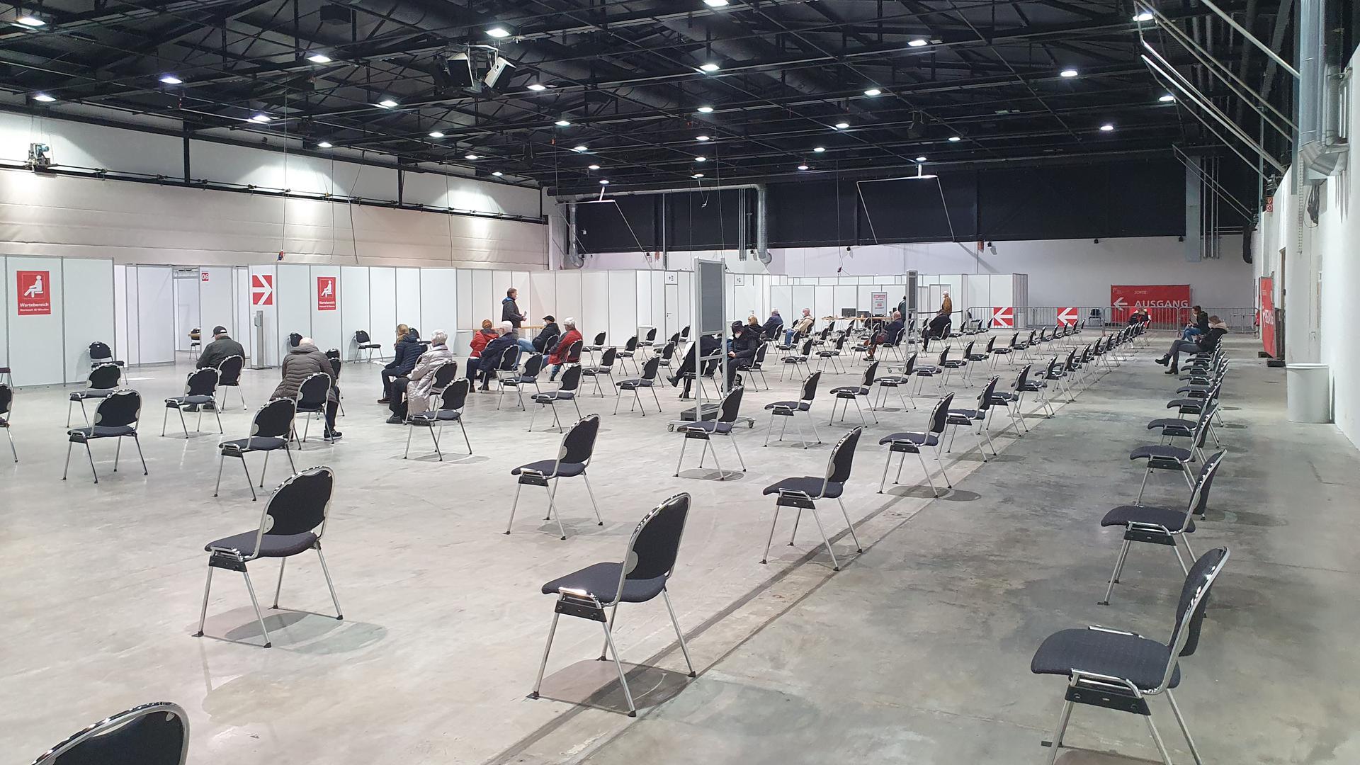 Blick in Halle mit unbesetzten Stühlen
