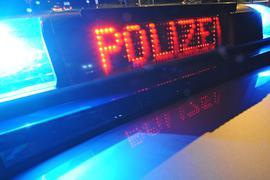 """Die Aufschrift """"Polizei"""" leuchtet auf einem Polizeifahrzeug."""