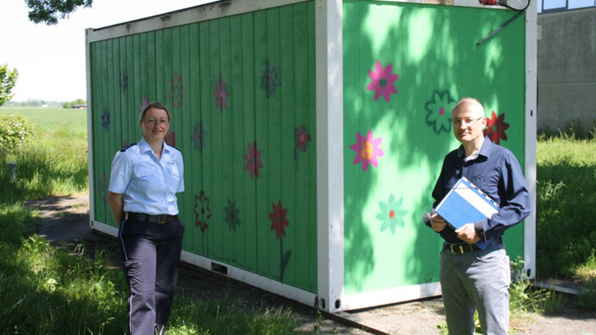 Polizeihauptmeisterin Grodzicki und Oberamtsanwalt Wurth vom Haus des Jugendrechts Offenburg bei der Inspektion des Containers.