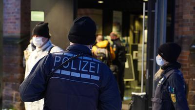 Polizisten vor einer Halle