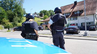 Zwei Polizisten in der Oppenauer Innenstadt.