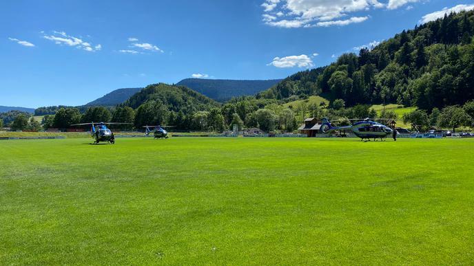 Inzwischen sind sogar drei Hubschrauber im Einsatz.