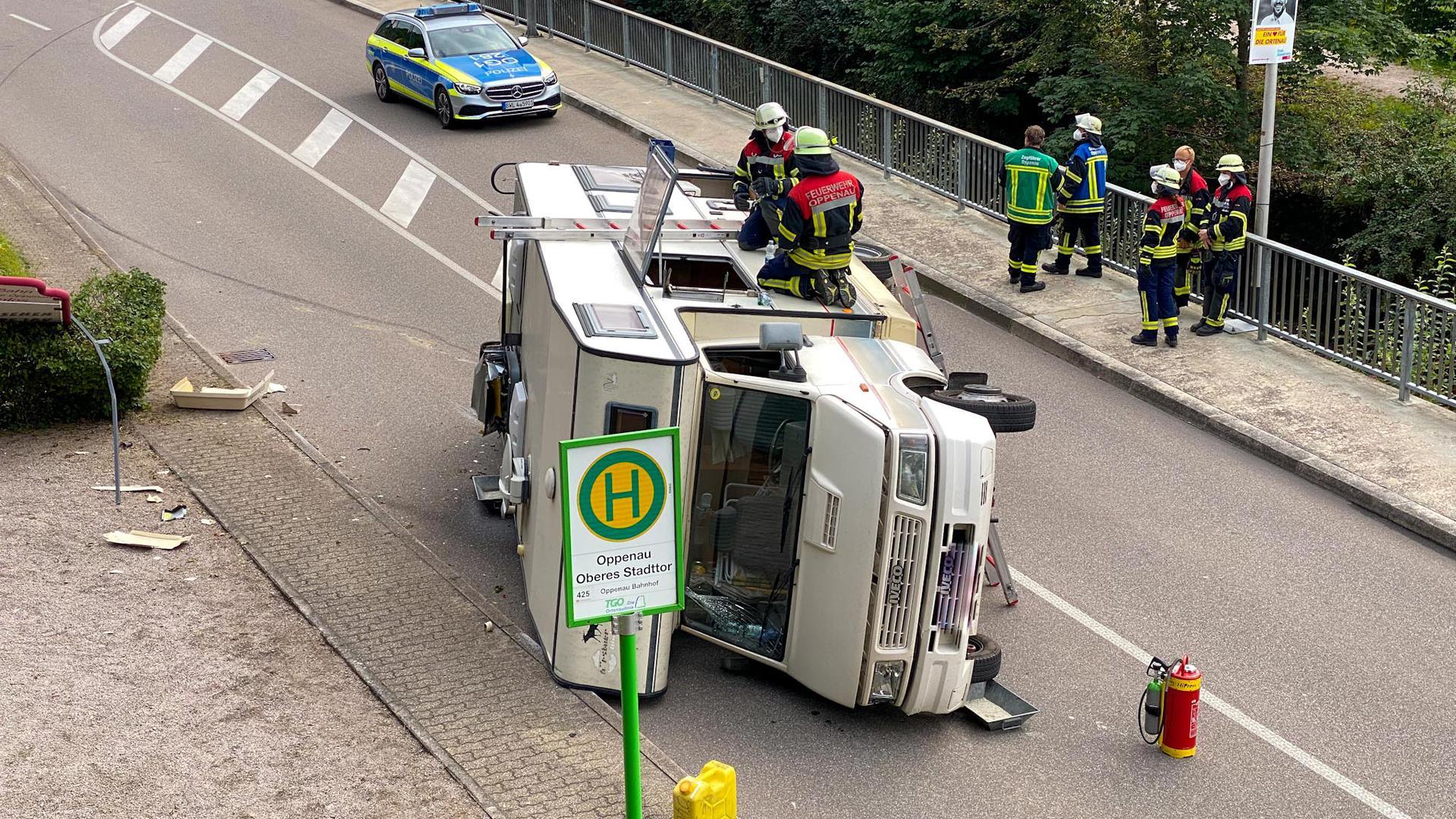 Ein Wohnmobil liegt in Oppenau auf der Hauptstraße auf der Seite, Feuerwehr ist im Einsatz.