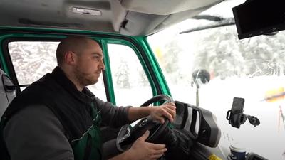 Forstwirt Dominik Treyer am Steuer seines Räumfahrzeugs.