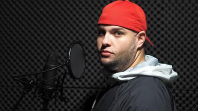 """Am Mikrofon: In seinem kleinen Studio zu Hause in Fautenbach nimmt Heiko Schmälzle alias """"Babacut"""" seine Rap-Songs auf."""