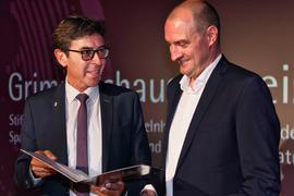 Bürgermeister Bernd Siefermann bei der Übergabe des Grimmelshausenpreises 2021 an Christoph Nussbaumeder