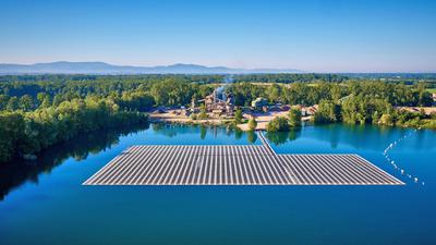 Die Drohnenaufnahme zeigt das Ausmaß der schwimmenden Solarkraftwerks auf dem Maiwaldsee bei Renchen. Gut zwei Prozent der Gesamtfläche von 43 Hektar nimmt die Photovoltaikanlage ein. Foto: Jörg Wilhelm/ Repro: Michael Brück