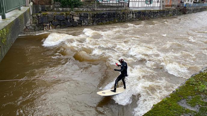 Ein Surfer nutzte am Samstag in Renchen-Erlach die Gelegenheit, um in den Fluten auf sein Brett zu steigen.