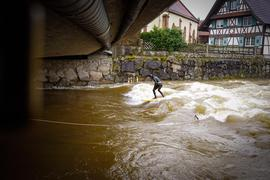 Die hohe Kunst: Philipp Bürk Ende Januar auf der Welle unterhalb der Brücke der Erlacher Straße über die Rench. Der erfahrene Fluss-Surfer hat sogar das Seil los gelassen.