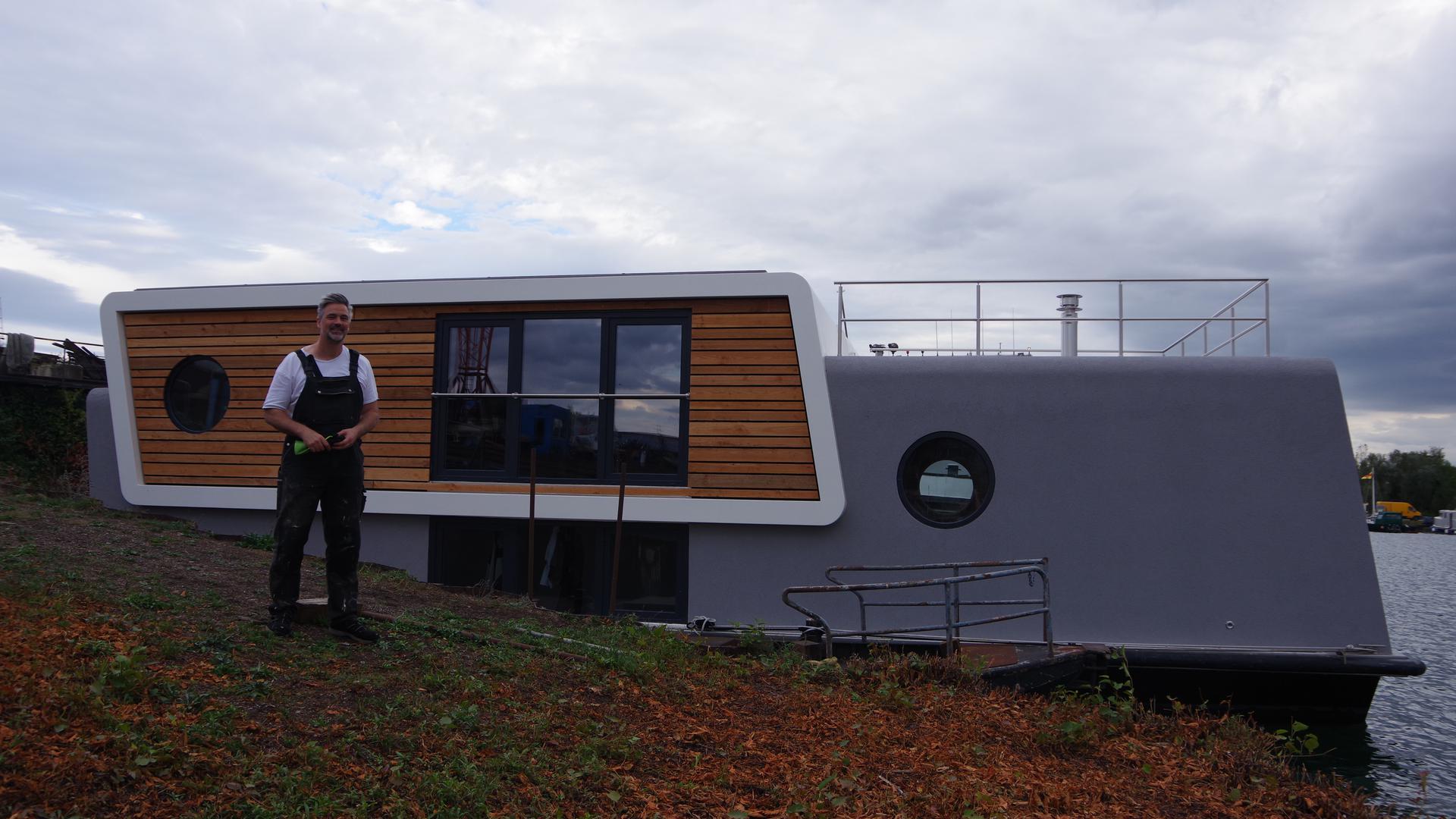 Thomas Münch und sein Hausboot Müthos. Der Endausbau findet in der Karcherwerft in Rheinau statt.