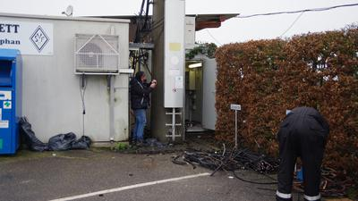 Techniker reparieren derzeit die Mobilfunkstation am Freistetter Sportplatz.