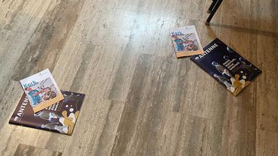 Bücher auf dem Boden