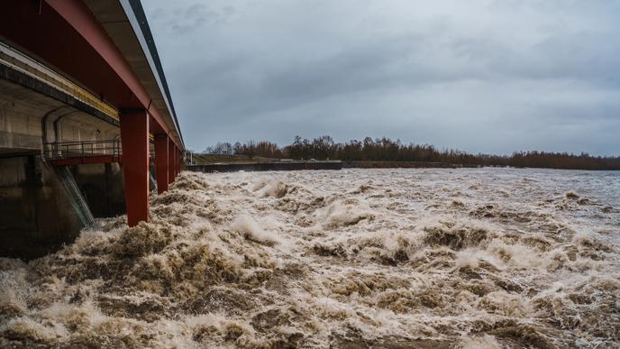Hochwasser am Samstagmorgen an der Staustufe am Rheinübergang Freistett.