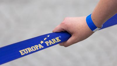 Ein Besucher des Europa-Parks trägt ein Armbändchen, das ihn als getestet, geimpft oder genesen ausweist.