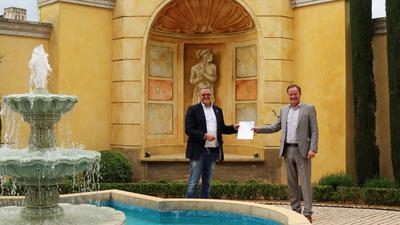 Landrat Frank Scherer (rechts) überreicht Europa-Park-Inhaber Roland Mack die offizielle Genehmigung für das Modellprojekt. Deutschlands größter Freizeitpark in Rust darf am Freitag in der Corona-Krise wieder öffnen.