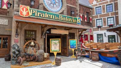 """Der Eingang des """"Preview Center"""" von Piraten in Batavia im Europa Park."""
