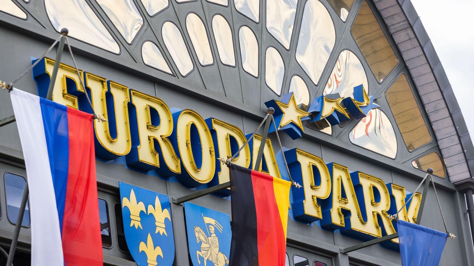 Ein Schriftzug mit dem Namen des Parks ist über dem Haupteingang des Europa-Parks zu sehen.