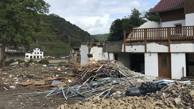 Noch immer viel zu tun: Vor den Häusern im Ahrtal, die weiterhin entkernt werden, türmt sich der Schutt.