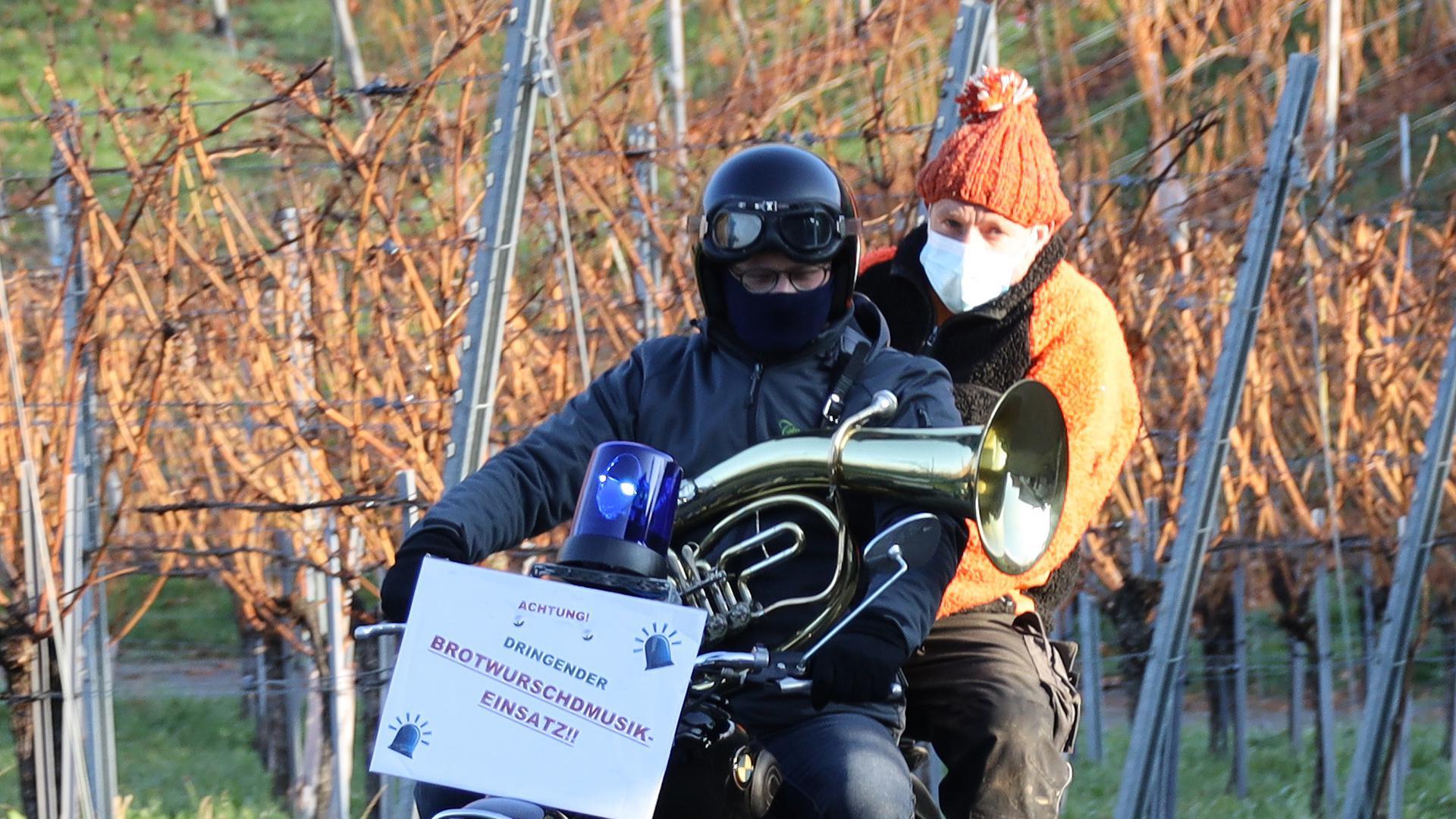 Zwei Männer auf einem Motorrad