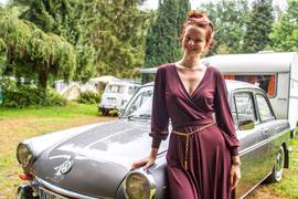 Auf dem nostalgischen Campingplatz der Familie Gräßel in Obersasbach hat auch Tochter Gwenda ihre Aufgaben. Sie kümmert sich unter anderem darum, dass sich die Camper rundum wohlfühlen. Und die schätzen neben der besonderen Atmosphäre auf dem parkähnlichen Gelände vor allem die herzliche Gastlichkeit ihrer Gastgeber. Foto: Michael Brück