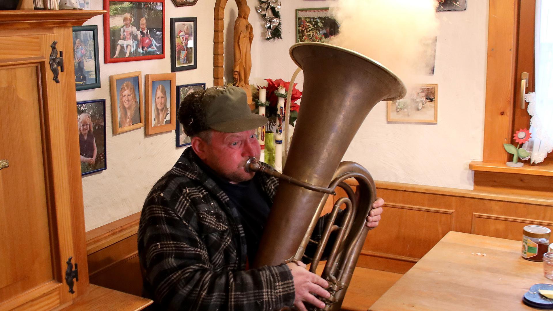 Mann mit Blasinstrument