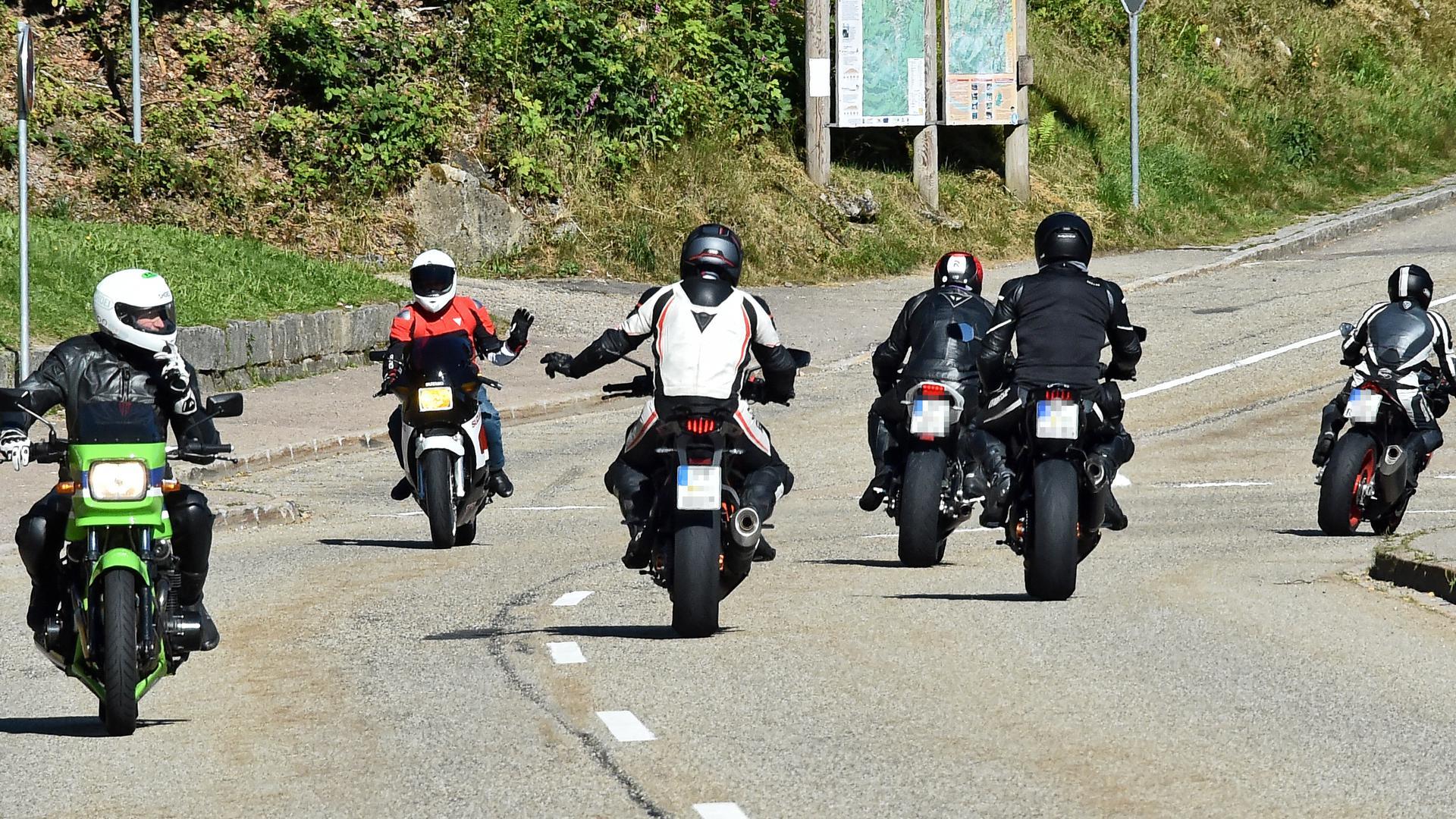 Motorradfahrer auf einer beliebten Strecke.