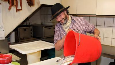 """In siebter Generation bewirtschaftet Stefan Doll den Bauernhof auf dem Hagenberg, Forellen gehören seit über 30 Jahren zu einem wirtschaftlichen Standbein von """"Dolle Frieder´s Hof"""". Hier Stefan Doll beim Einlegen der Forellen nach hauseigenem Rezept."""