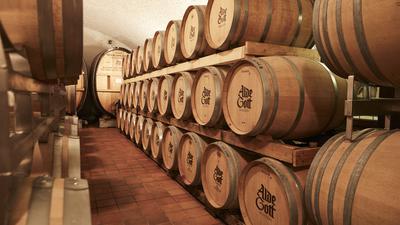 Weinfesser im Keller.
