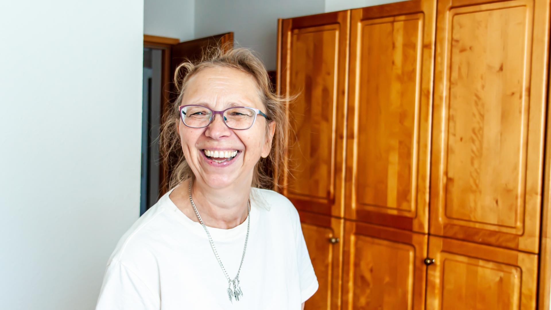 Gut gelaunt streift Sabine Koch durch die Zimmer der ehemaligen Wagner-Kliniken in Sasbachwalden. Seit Anfang dieses Jahres kümmert sie sich im Auftrag der Gemeinde um den Verkauf des restlichen Inventars Ganze Zimmereinrichtungen, wie auf unserem Foto, kommen dabei allerdings seltener unter den Hammer.