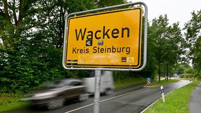 Ein Auto fährt am Ortsschild von Wacken vorbei. Ende Juli herrscht ungewohnte Ruhe in Wacken. Wegen der Corona-Pandemie fällt das weltbekannte Heavy-Metal-Festival erstmals in 30 Jahren aus. Das ärgert längst nicht nur die Metalfans, sondern trifft den kleinen Ort in Schleswig-Holstein schwer. (zu dpa «Wacken diesen Sommer erstmals ohne «Wacken»») +++ dpa-Bildfunk +++