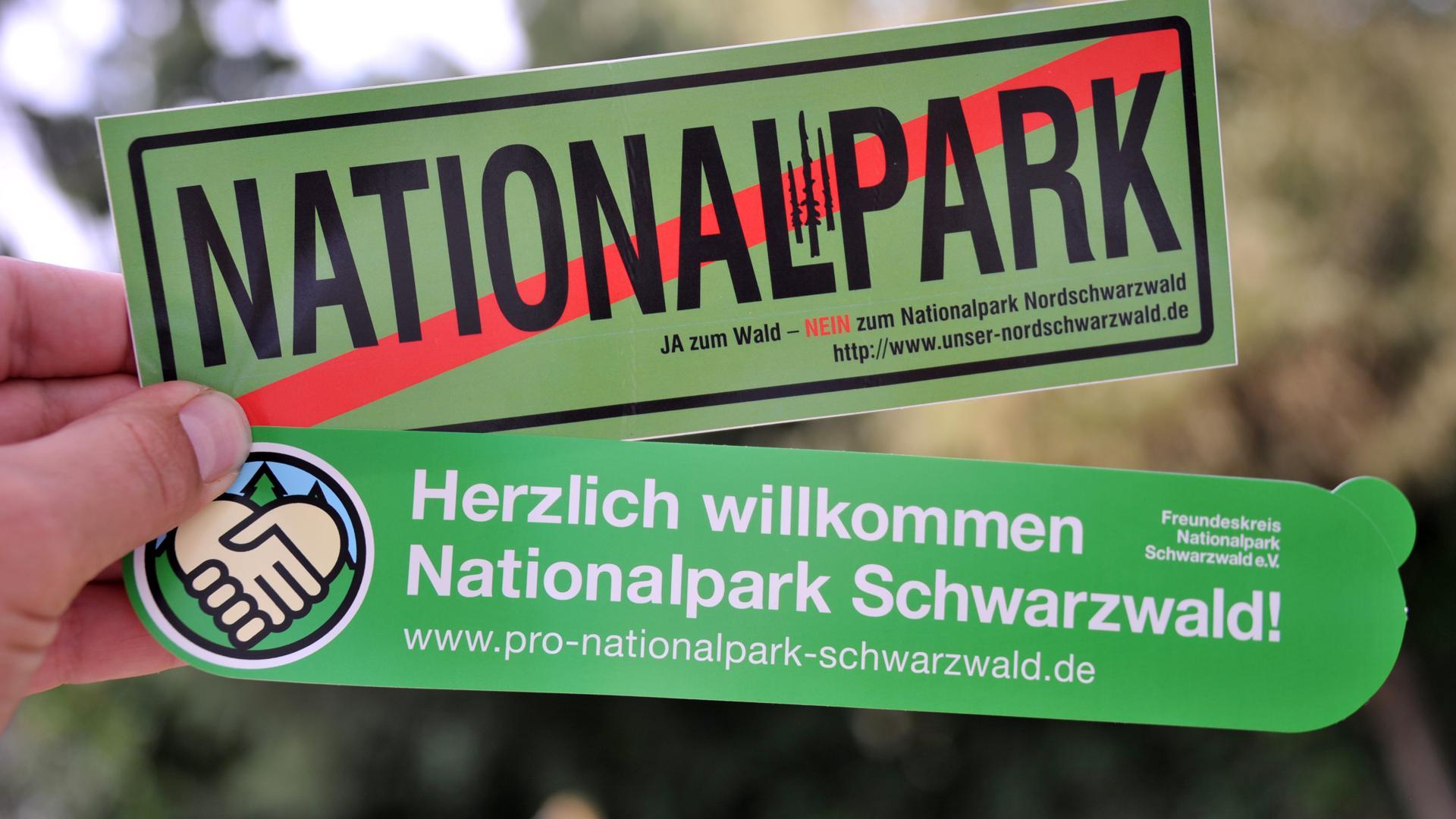 Die Gegner und Befürworter eines Nationalparks werben mit Aufklebern im Jahr 2012 für ihre Positionen. Obwohl es nur um 0,7 Prozent des Waldes im Südwesten geht, erhitzt die Diskussion um einen Nationalpark im Nordschwarzwald die Gemüter vor Ort.