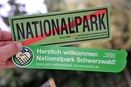 Die Gegner und Befürworter eines Nationalparks werben mit Aufklebern im Jahr 2012 für ihre Positionen. Obwohl es nur um 0,7 Prozent des Waldes im Südwesten geht, erhitzt die Diskussion um einen Nationalpark im Nordschwarzwald die Gemüter vor Ort. Während sich die einen schon für die Touristenströme rüsten, fürchten andere die Rückkehr des Borkenkäfers.