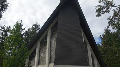 Moderne Kapelle mit Beton und Glas