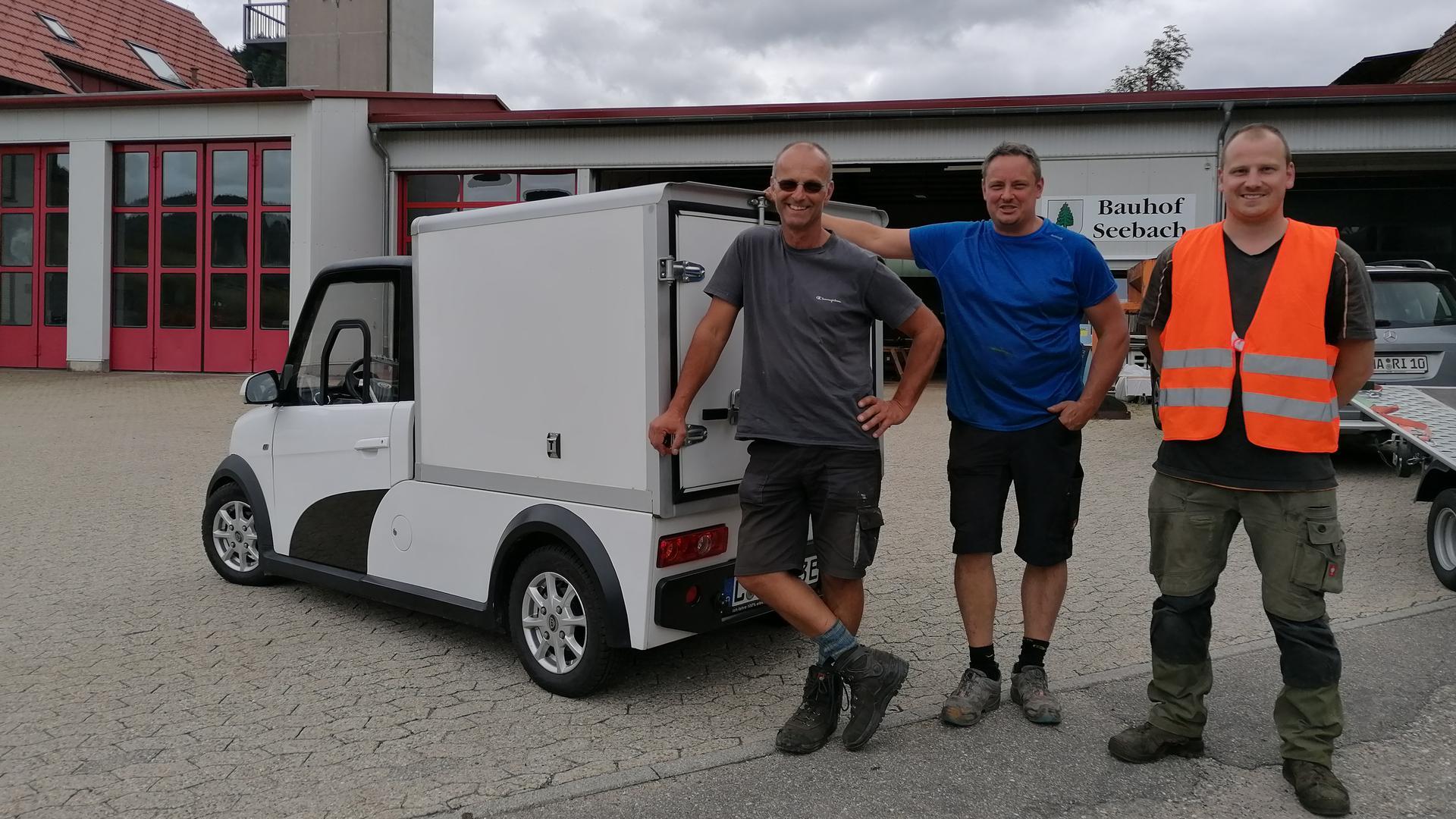 Der Leiter des Bauhofs in Seebach Thomas Knapp mit seinen Kollegen Hannes Bruder und Sebastian Decker stehen vor dem Mini-E-Transporter.