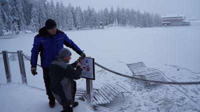 Betreten verboten: Johann Schnurr (links) und sein Sohn Michael Schnurr bringen Hinweisschilder an, nachdem Ausflügler sich auf die Eisfläche gewagt hatten.