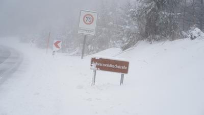 Mit Schnee bedeckte Schwarzwaldhochstrasse in Höhe Unterstmatt.