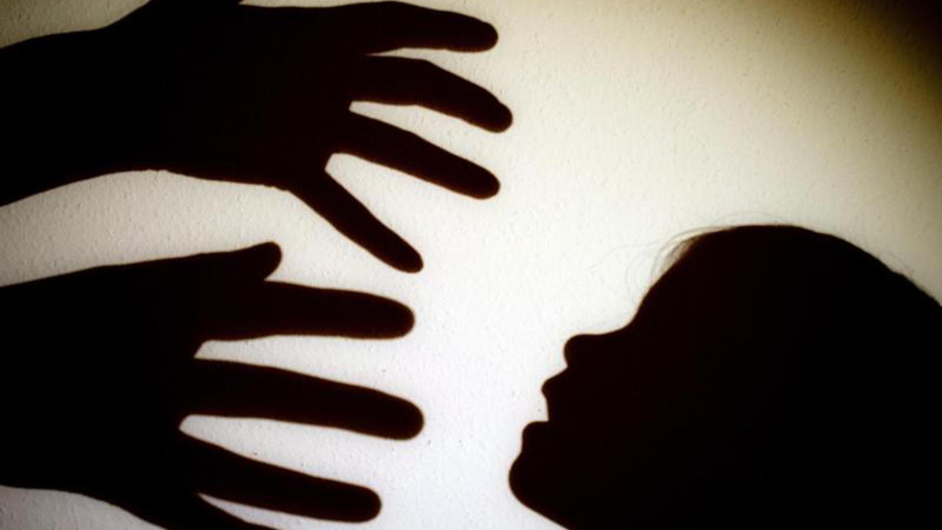 Hände und Kinderkopf