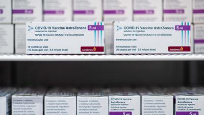Der Impfstoff der Firma Astrazeneca lagert in einem Kühlschrank.
