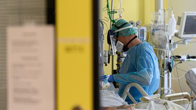 Ein Intensivpfleger auf der Covid-19 Intensivstation.