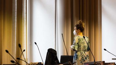 Die Klägerin Felicitas Rohrer steht im Landgericht Freiburg und blickt aus dem Fenster. In dem Prozess geht es um eine Klage auf Schadenersatz und Schmerzensgeld gegen das Pharmaunternehmen Bayer Vital GmbH. (Archivfoto)