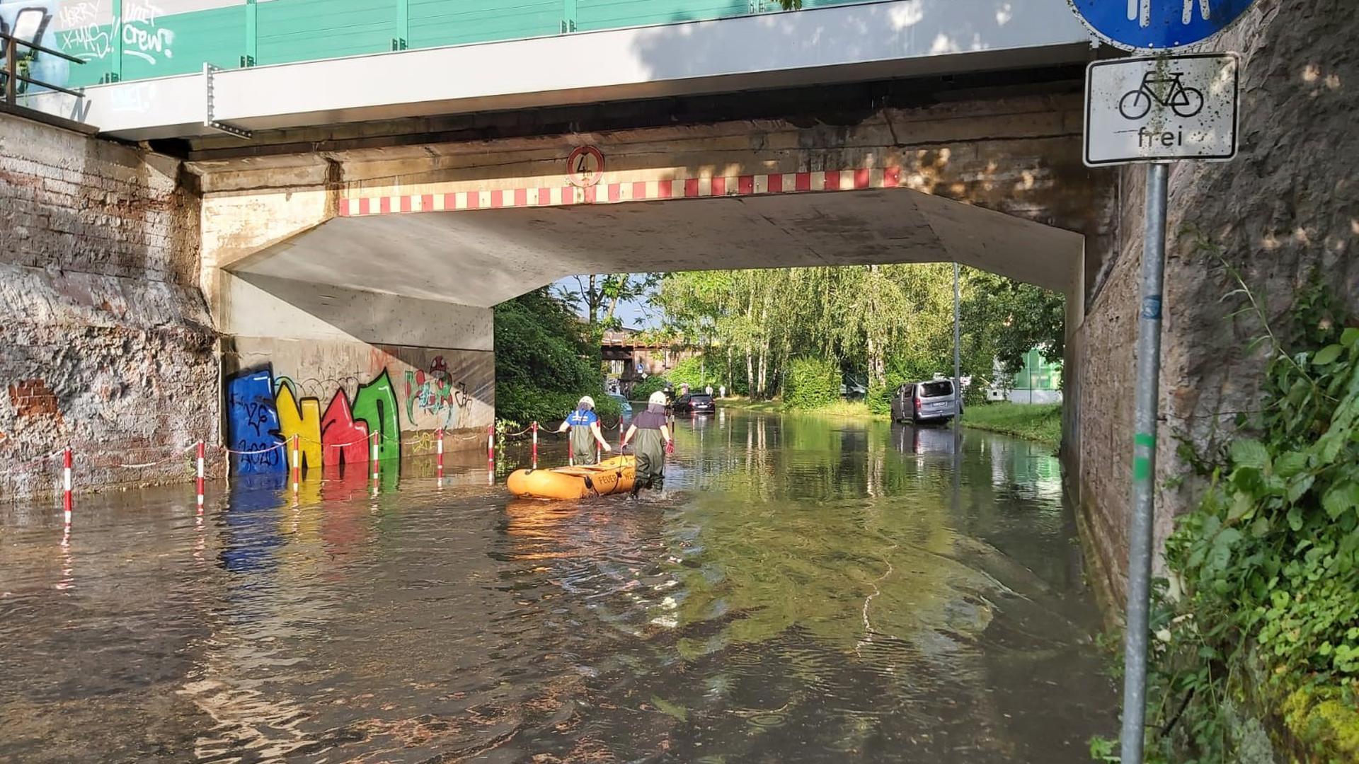 Feuerwehrleute im Schlauchboot in Rastatt
