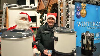 Glühwein oder Punsch: Noch weiß Tobias Petraschko nicht, was er am Sonntag ausschenken darf. Dafür wird er ab sofort vom Nikolaus unterstützt.