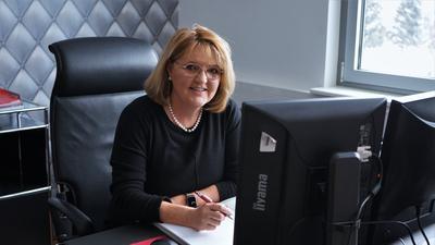 Doris Oesterle sitzt hinter ihrem Schreibtisch.