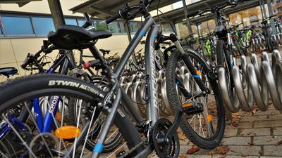 Ein Rad steht in einem Fahrradständer der Gustav-Heinemann-Schule.