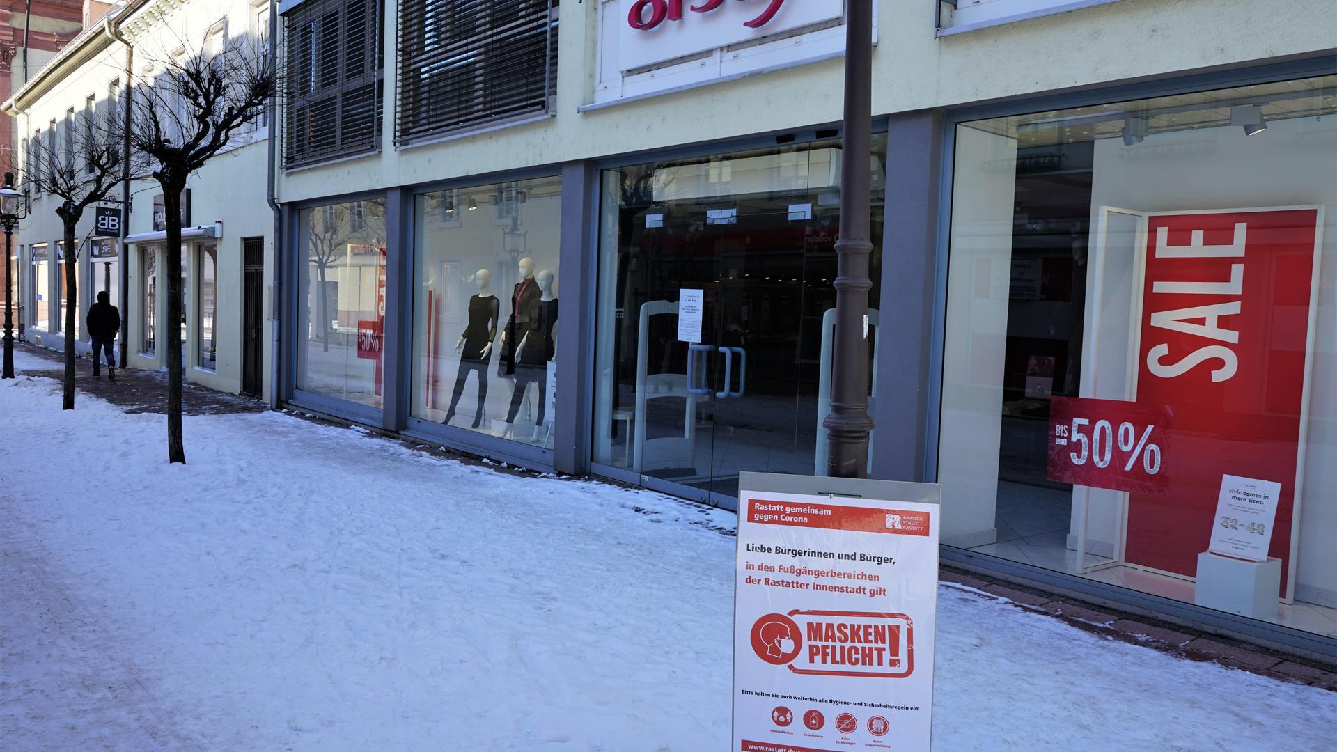 Geschlossene Geschäfte in einer Fußgängerzone.